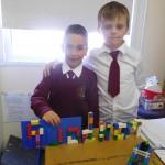 Rúadhan i Rang a hAon agus Rúadhan i Rang a 4 ag úsáid Lego chun a n-ainm a scríobh